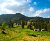 Landskap med byn, berg och blå himmel. Royaltyfri Foto