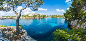 Landskap med Cala D 'eller fjärd och stad, Palma Mallorca Island, Spanien arkivfoton