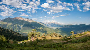 Landskap med dalen och berg arkivbild