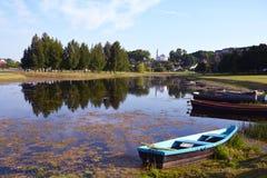 Landskap med dammet och gamla fartyg Royaltyfri Bild