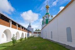 Landskap med den härliga ortodoxa kloster i den Yaroslavl regionen, Arkivbilder