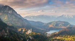 Landskap med den Neuscwanstein slotten och Alpsee Arkivbilder