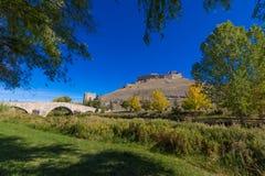 Landskap med den roman bron och fördärvar av slott i Burgo de Osma Royaltyfri Bild