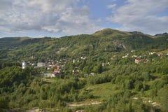 Landskap med den Rosia Montana byn, Rumänien, Europa arkivbilder