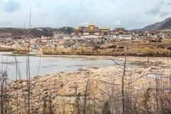 Landskap med den tibetana kloster och sjön i den Zhongdian staden jpg Royaltyfria Bilder