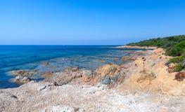 Landskap med den tomma lösa stranden, Korsika Royaltyfri Fotografi