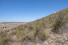 Landskap med den vita väderkvarnen på kullen i Consuegra, Spanien arkivbild