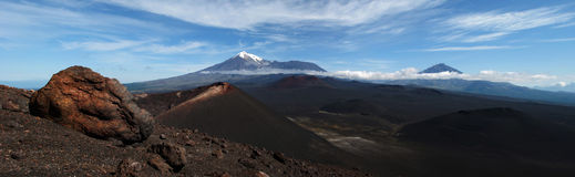 Landskap med den vulkaniska krater, berg på bakgrunden med royaltyfria foton