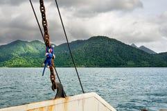 Landskap med det tropiska havet, tunga moln för monsunstorm och den tropiska Koh Chang ön på horisont i Thailand fotografering för bildbyråer