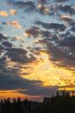 Landskap med dramatiskt ljus - härlig guld- solnedgång med genomdränkt himmel och moln fotografering för bildbyråer