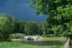 Landskap med en bro och en mörkerhimmel Royaltyfria Foton
