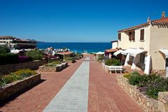Landskap med en fot- gata över mitten av Baia Sardinia Arkivbild