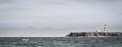 Landskap med en fyr från havet på Ensenada, Mexico Royaltyfri Bild