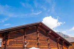 landskap med en gammal trästuga i de schweiziska fjällängarna arkivbild