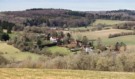Landskap med en by i dalen Royaltyfri Foto
