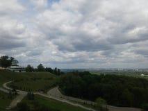Landskap med en molnig himmel royaltyfri fotografi