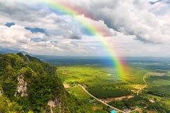 landskap med en regnbåge i himlen Fotografering för Bildbyråer