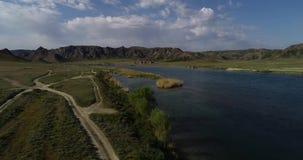 Landskap med en sikt av floden och bergen arkivfilmer