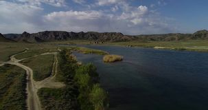 Landskap med en sikt av floden och bergen stock video