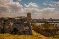 Landskap med en sikt av staden från Fortalezaen de San Carlos de La Cabana, fort av den St Charles ingången cuba havana arkivbilder