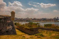 Landskap med en sikt av staden från Fortalezaen de San Carlos de La Cabana, fort av den St Charles ingången cuba havana royaltyfri foto