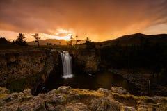 Landskap med en sikt av vattenfallet och den härliga himlen Mongoliet Fotografering för Bildbyråer