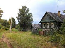 Landskap med ett gammalt lantligt hus fotografering för bildbyråer