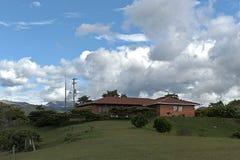 Landskap med ett hus Fotografering för Bildbyråer