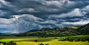 Landskap med fält i vår och molnig himmel Arkivbilder