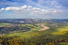 Landskap med floden Elbe i Sachsen Schweitz Royaltyfri Bild