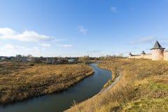 Landskap med floden Kamenka och kloster för väggSt Euthymius i Suzdal, Ryssland Guld- cirkel av loppet Royaltyfria Bilder