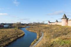 Landskap med floden Kamenka och väggSt Arkivbilder