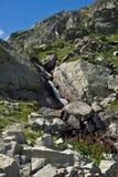 Landskap med floden nära de sju Rila sjöarna i Rila Mountan, Bulgarien Arkivbild