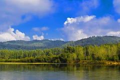 Landskap med floden och göra grön kullar Fotografering för Bildbyråer