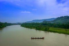 Landskap med floden och kanoten Royaltyfria Foton