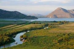 Landskap med floden och laken Arkivfoton