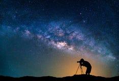 Landskap med galaxen för mjölkaktig väg Natthimmel med stjärnor och Photog Arkivbilder