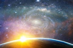 Landskap med galaxen för mjölkaktig väg Soluppgång- och jordsikt från brunnsort Arkivfoton