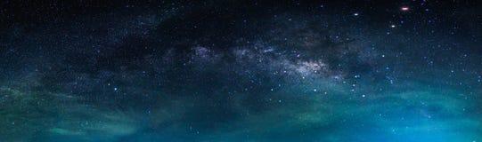 Landskap med galaxen för mjölkaktig väg stjärnor för nattsky Arkivbild