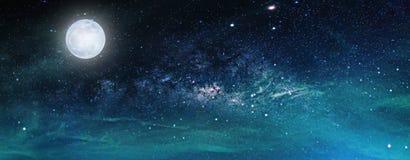 Landskap med galaxen för mjölkaktig väg stjärnor för nattsky Royaltyfria Bilder