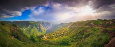 Landskap med gröna berg Fotografering för Bildbyråer