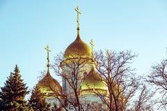 Landskap med guld- kupoler av den kyrkliga ortodoxa kyrkan Arkivfoto