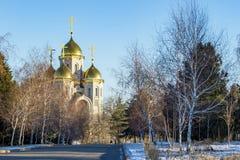 Landskap med guld- kupoler av den kyrkliga ortodoxa kyrkan Arkivfoton