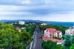 Landskap med havet, berg och järnväg linjer Royaltyfri Fotografi