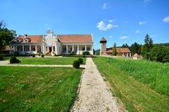 Landskap med herrgården och den stärkte kyrkan royaltyfria bilder