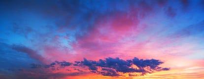 Landskap med himmel, moln och soluppgång en panoramautsikt Royaltyfri Fotografi