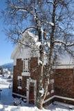 Landskap med huset, träd och snö Royaltyfri Fotografi
