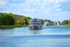 Landskap med kryssningpassagerareskepp på kanalen av Moskva in Arkivbild