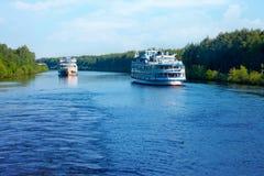 Landskap med kryssningpassagerareskepp på kanalen av Moskva in Royaltyfri Bild