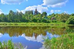 Landskap med kyrkan av symbolen av modern av guden Tikhvin på den Tvertza floden i den Torzhok staden Fotografering för Bildbyråer